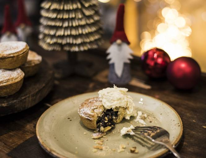 Christmassy mince pies with cream